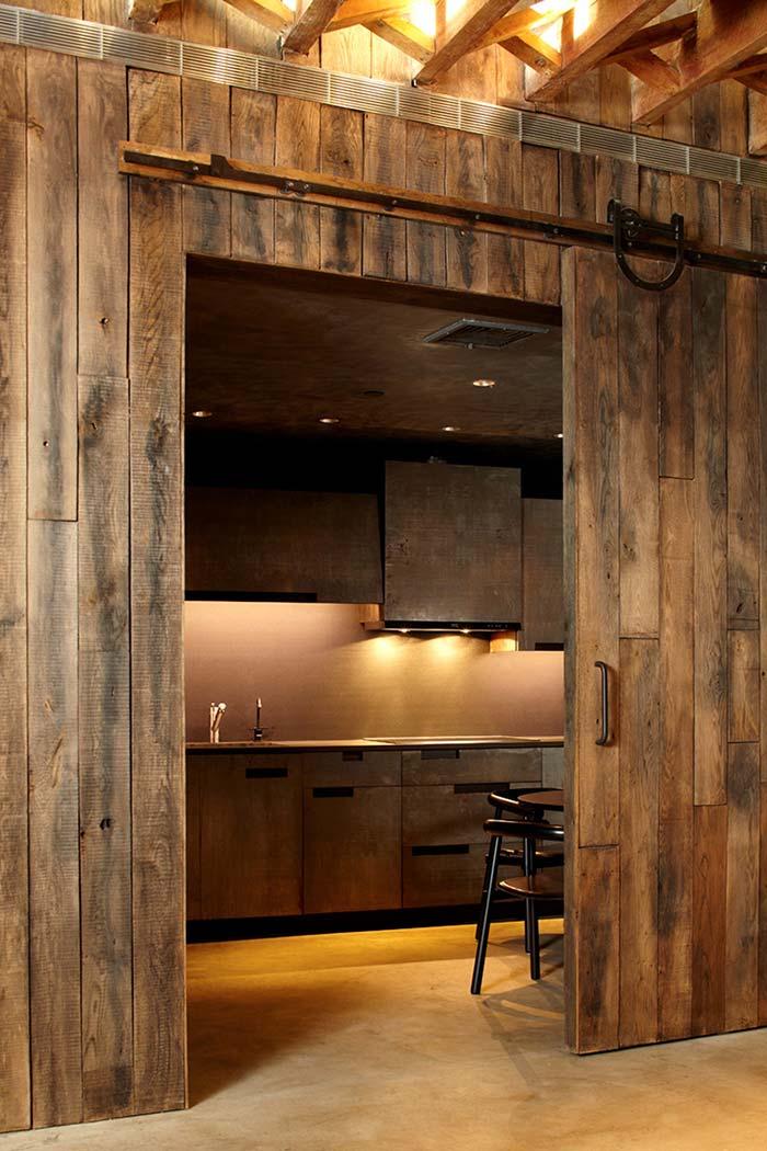Cozinha rústica com madeira demolição