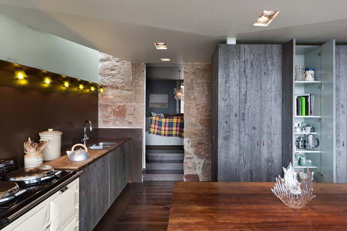 Iluminação sob medida na cozinha rústica