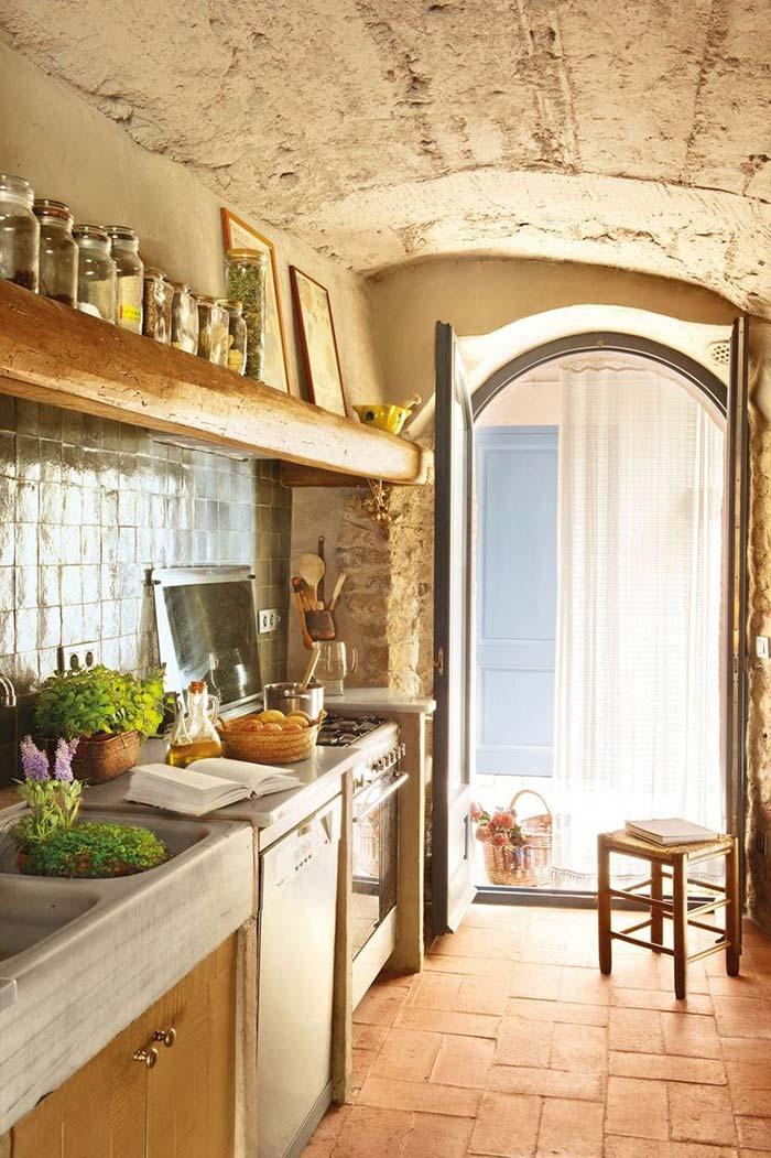 Cozinha rústica de pedra e madeira