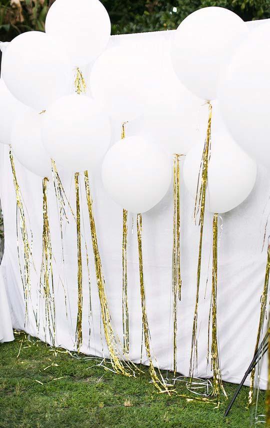 Balões brancos com fitas douradas
