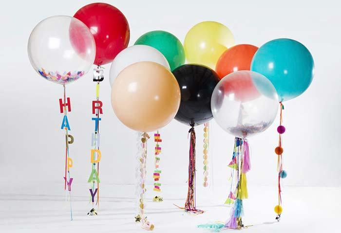 Balões coloridos um pouco acima do chão