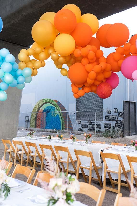 Onda de balões coloridos no teto