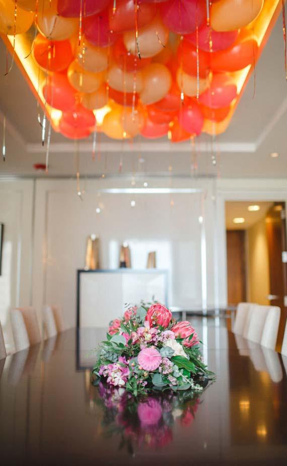Decoração com balões laranjas