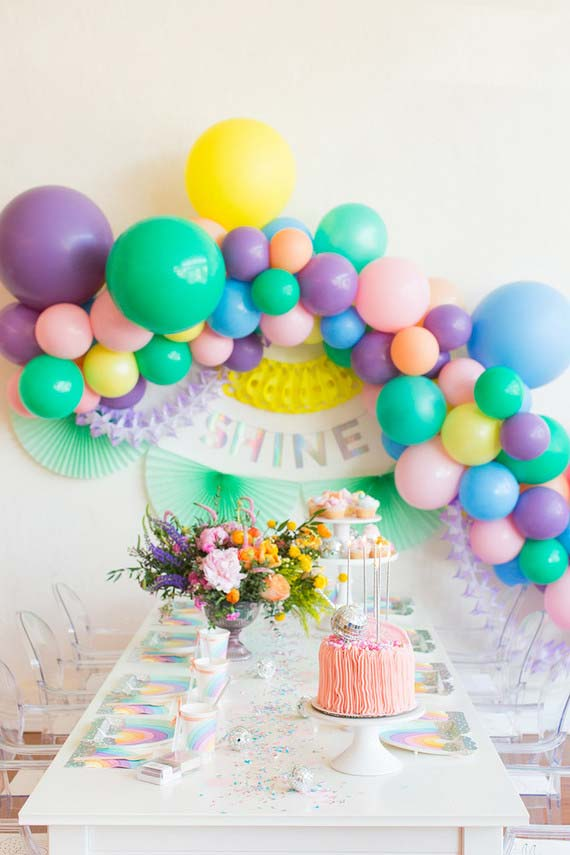 Festa infantil decorada com balões coloridos