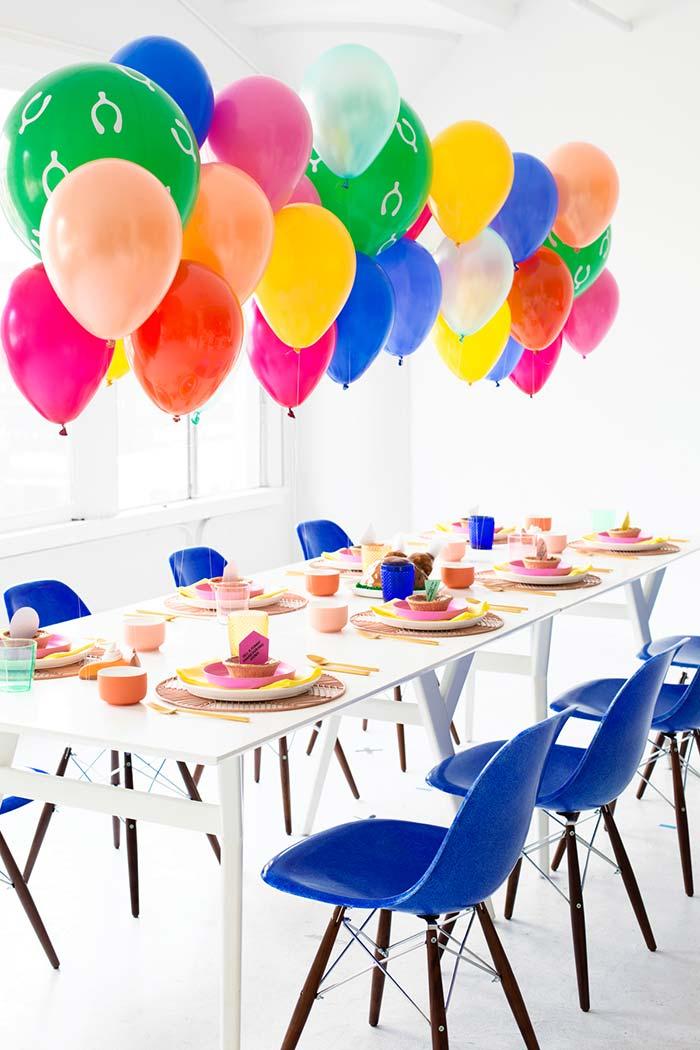 Mesa colorida para receber convidados