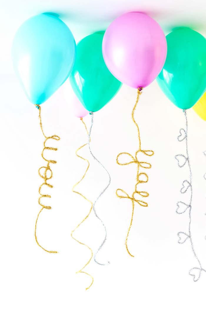 Balões suspensos com fitas