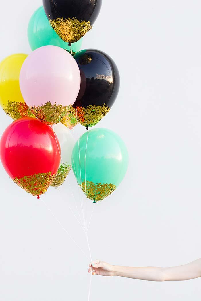 Passe cola na base do balão
