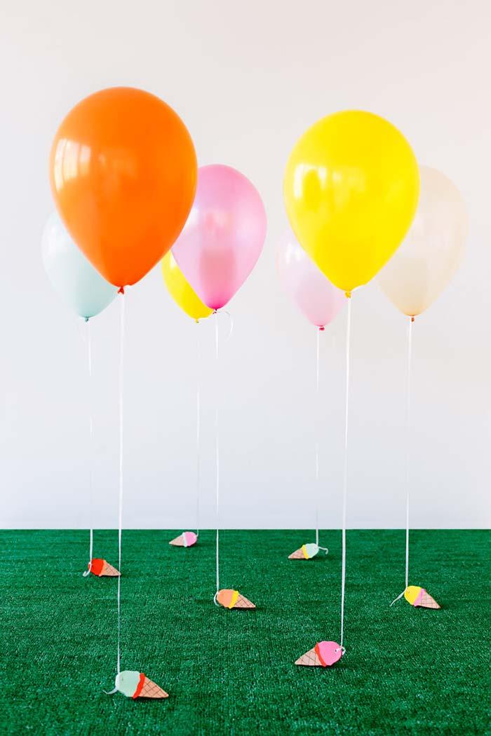Balões plantados na grama