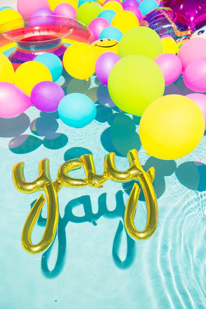 Balões coloridos invadindo a piscina