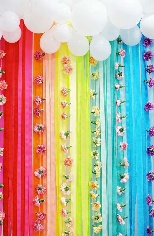 Faixas coloridas descendo dos balões brancos