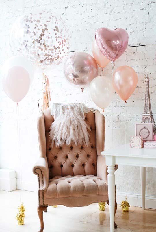 Decoração simples com balões metálicos