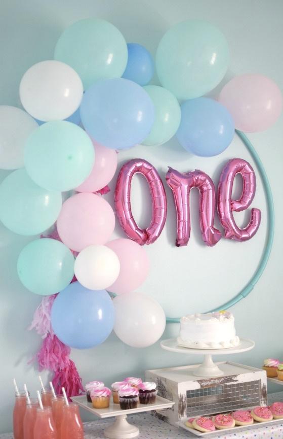Festinha infantil de um ano decorada com balões