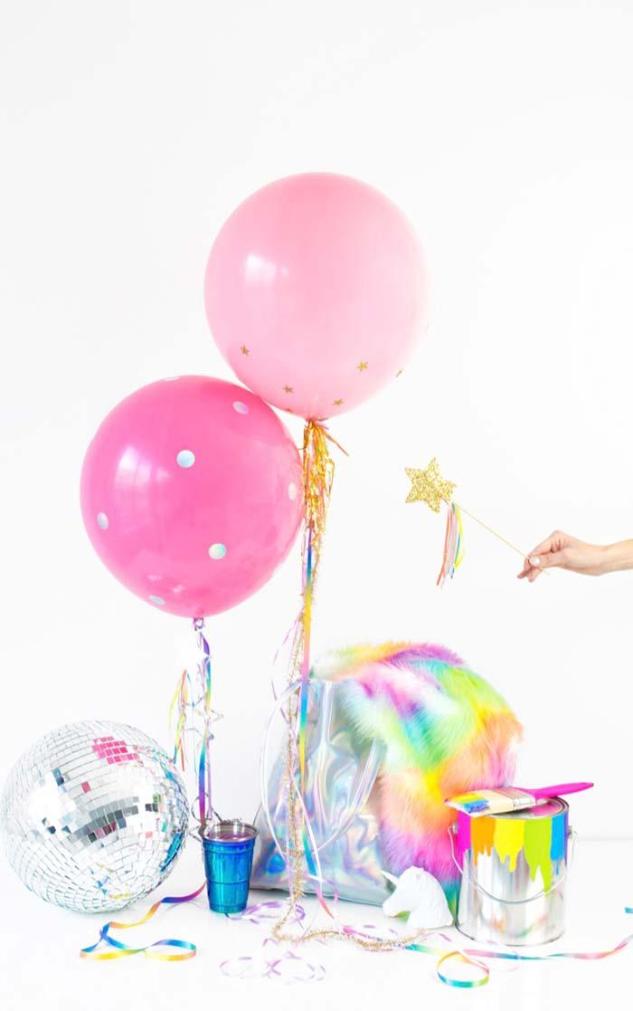 Adesivos e tinta nos balões
