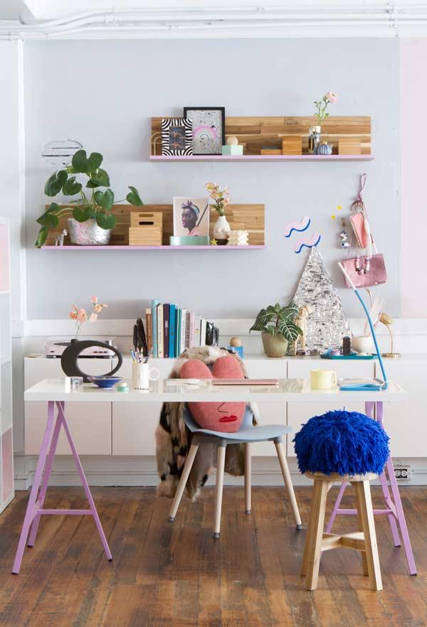 Escrivaninha moderna com apoio de cavaletes coloridos
