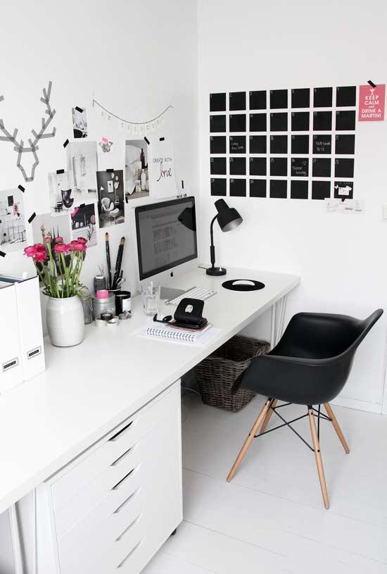 Escrivaninha branca extensa com gaveteiro