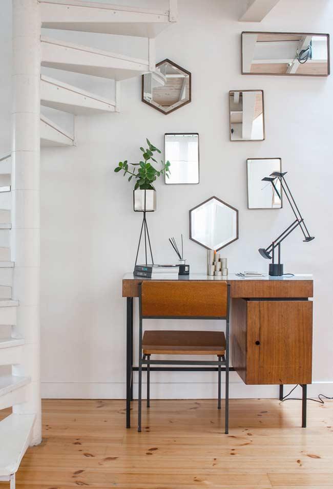 Escrivaninha de ferro e madeira no estilo Bauhaus