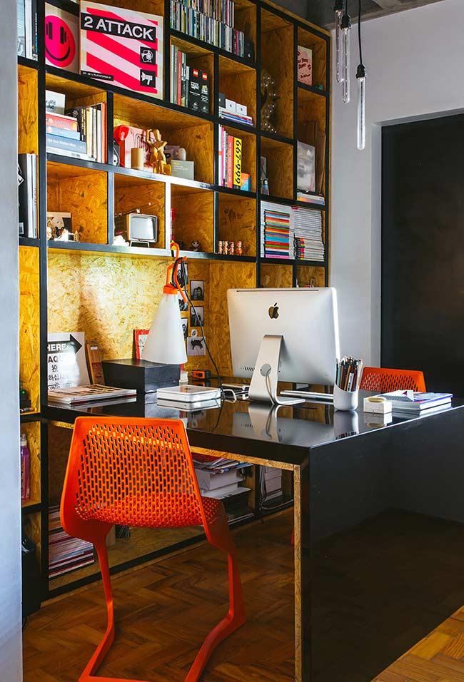 Escrivaninha espaçosa integrada a prateleira de parede