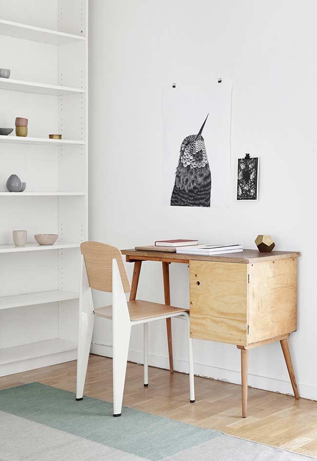 Escrivaninha de madeira simples