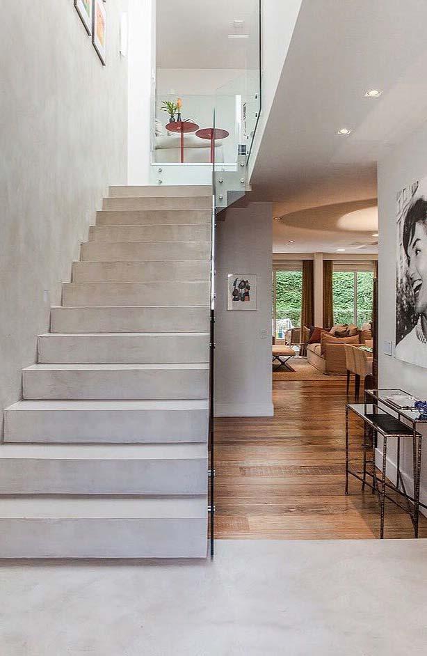 Um hall sob a escada