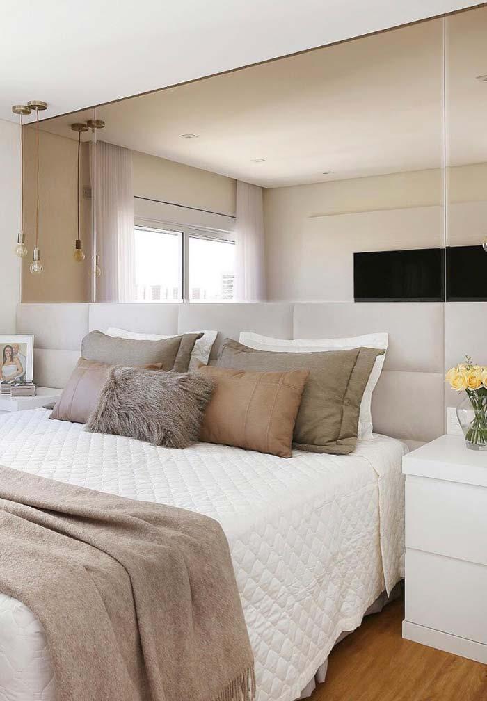 Quarto de casal pequeno: espelho na parede da cama