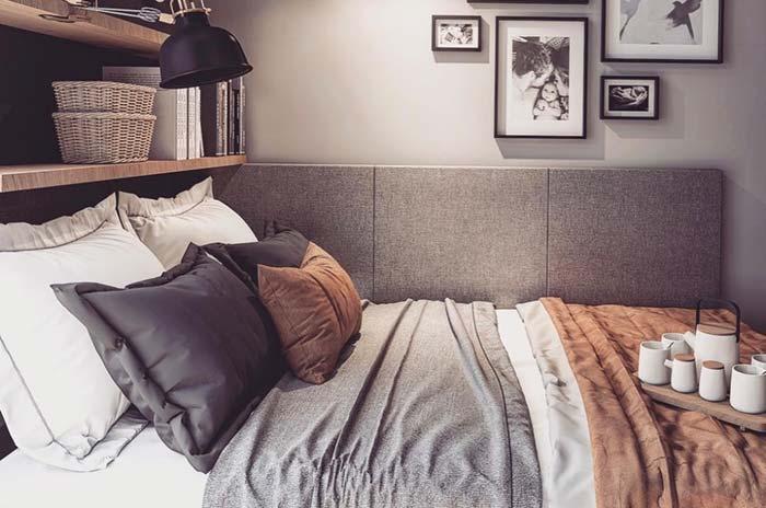 Prateleiras em cima da cama para aproveitar os espaços