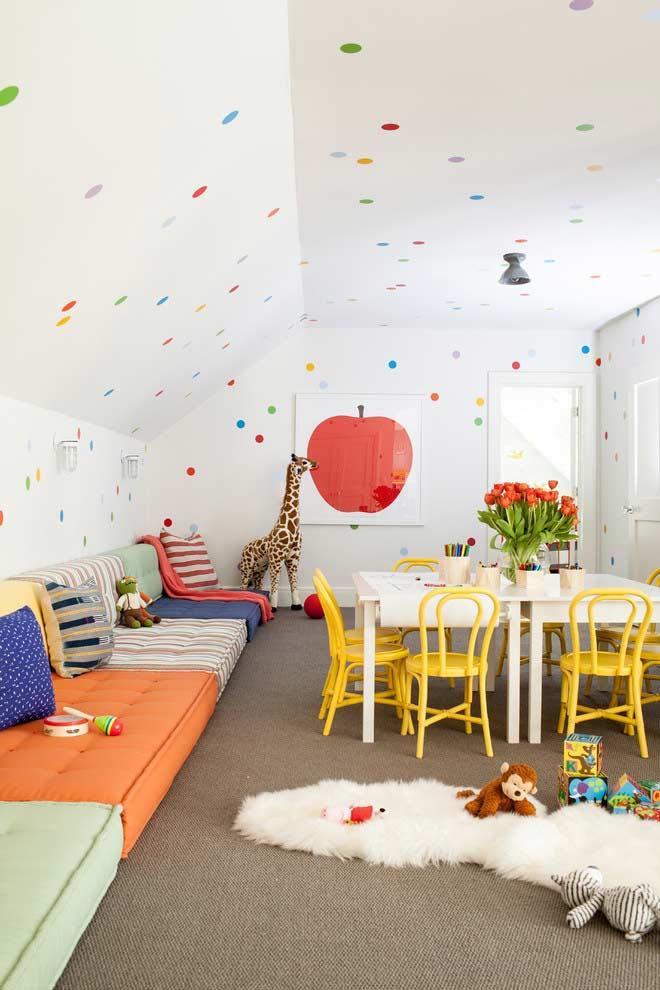 Sala colorida e com vários espaços para brincar