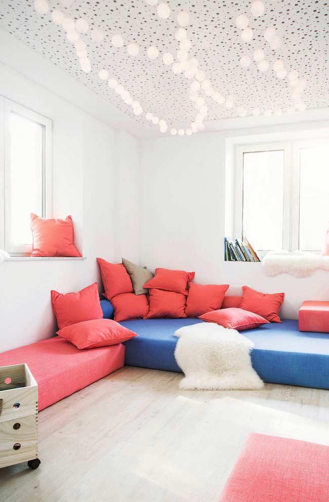 Sofá baixo com muitas almofadas