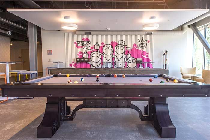sala de jogos com bar e mesas para convidados