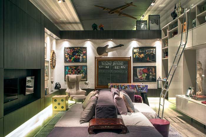 Sala de jogos com sofá duplo
