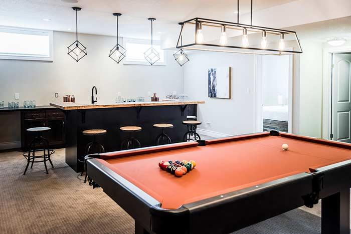 Bar e sala de jogos no estilo minimalista