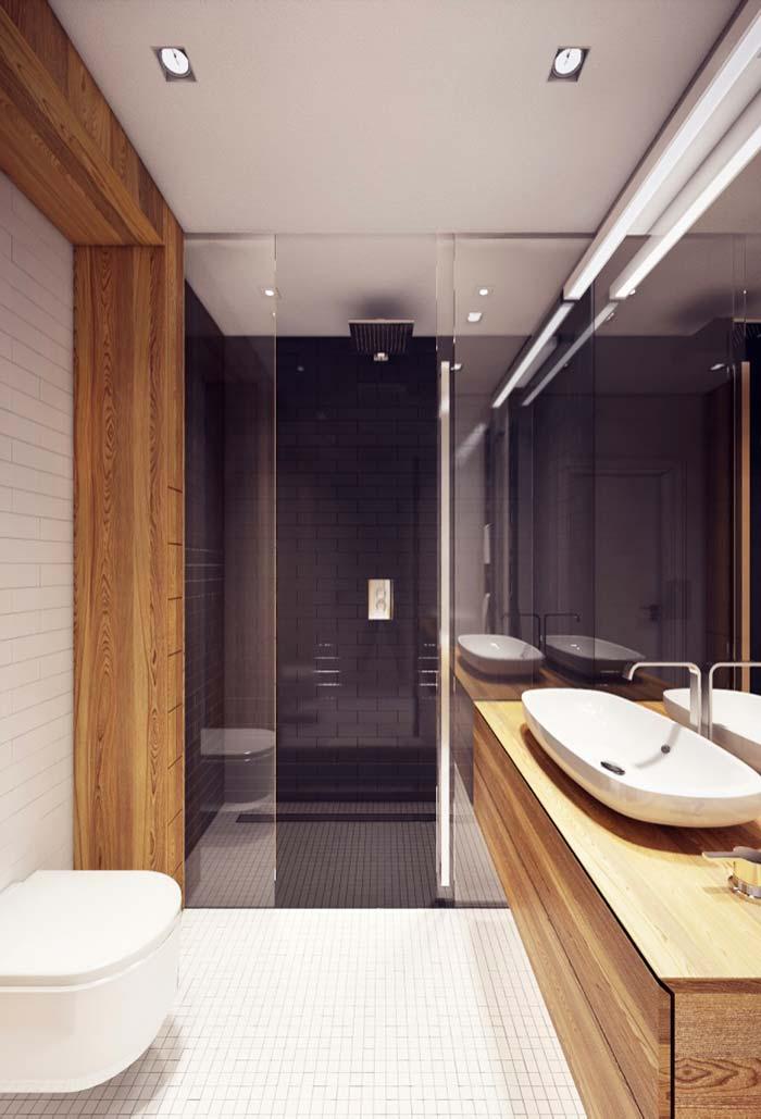 Banheiro grande com porta de box centralizada