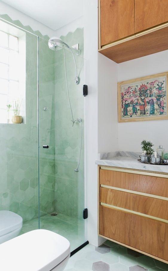 Banheiro pequeno com box de porta de correr