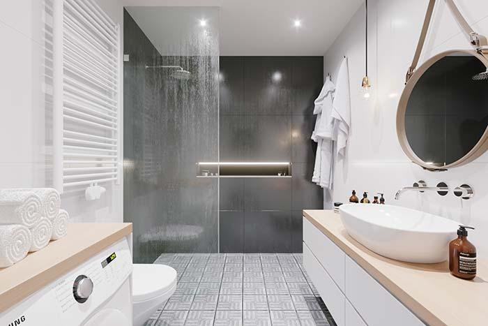 Área de banho ampla com proteção de vidro