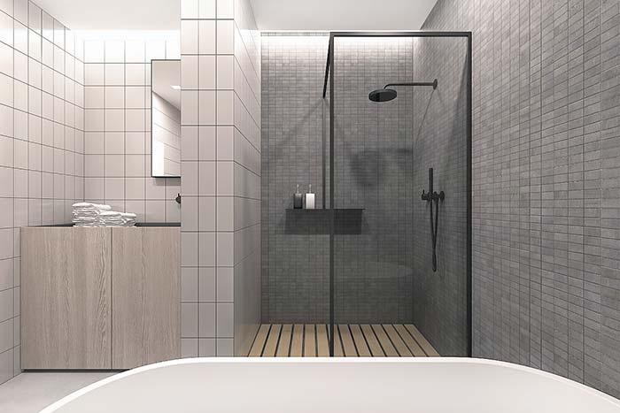 Área de banho com box de canto e deck de madeira