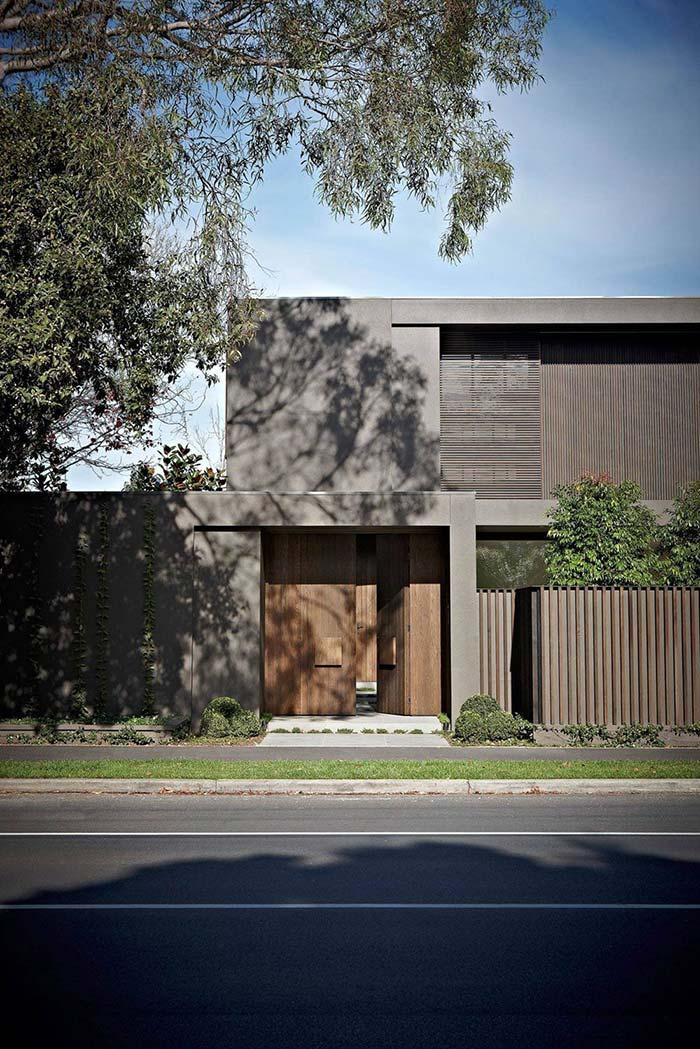 Casa cinza com detalhes em madeira