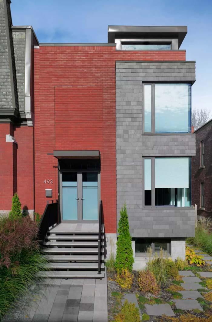 Na cor dos materiais: tijolinho terracota e blocos cinza