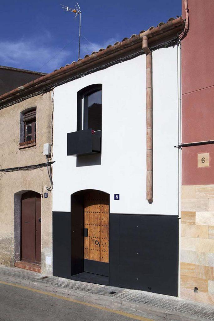 Casa secular com contraste moderno de cores de casas