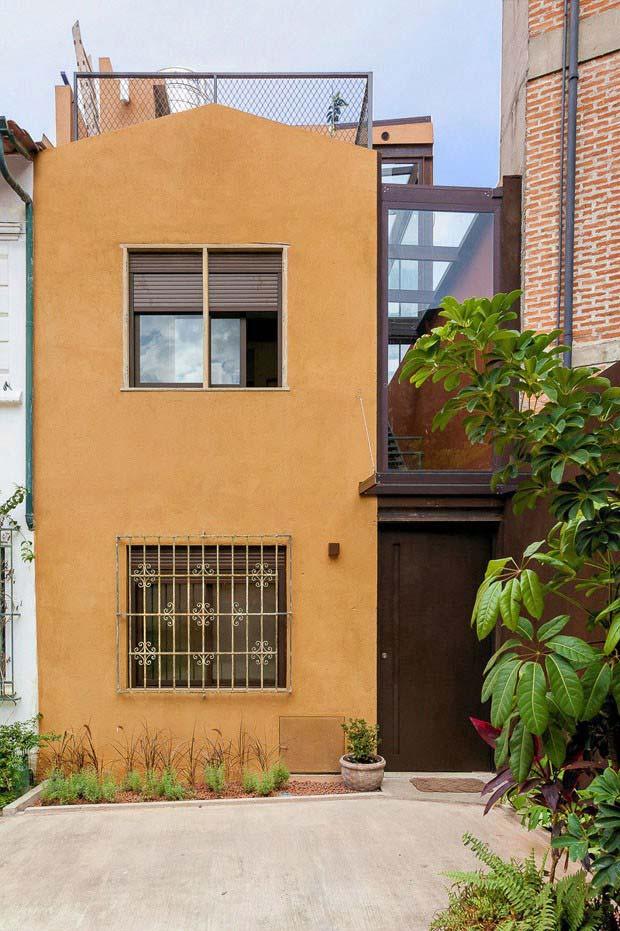 tons terrosos ficam bem harmonizados em casas com plantas e jardim
