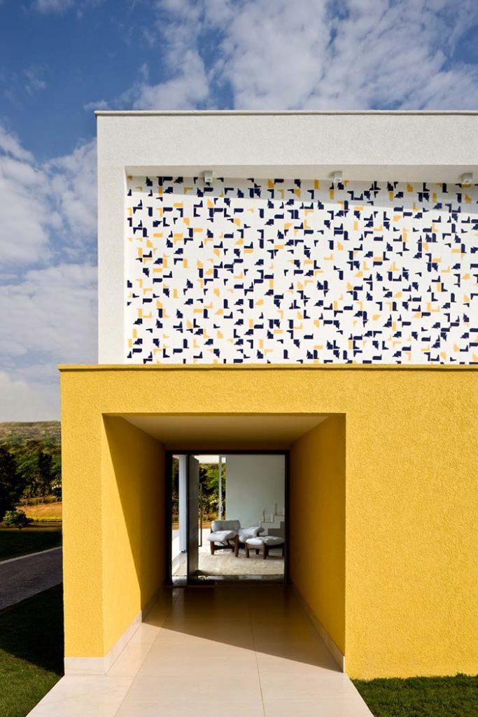 Cores de casas: a cor complementar do amarelo, o azul, aparece nos detalhes para contrastar