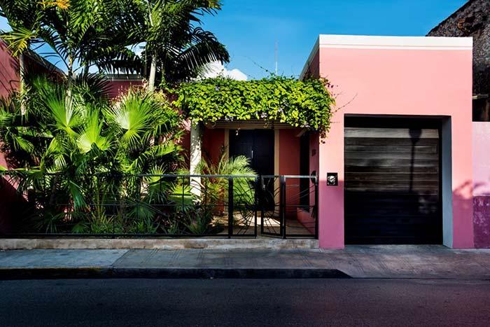 Cores de casas: rosa para os românticos e pretos para os sofisticados, entre eles o verde do jardim