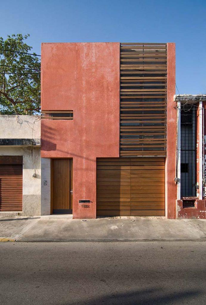 Cores de casas: terracota na fachada com detalhes em madeira