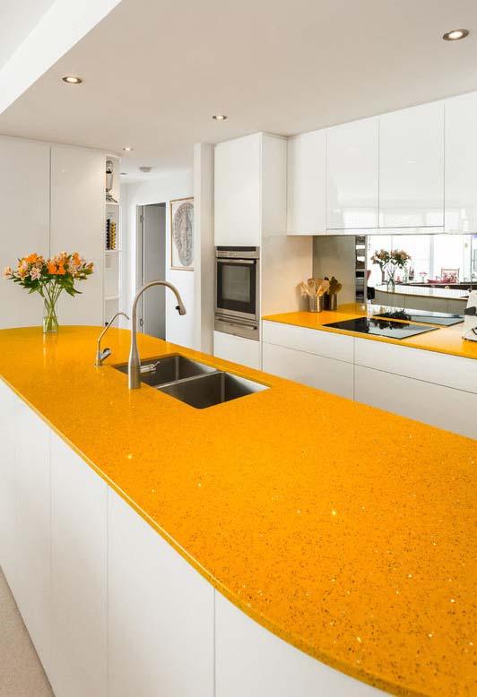Cozinha amarela: balcão de pedra tingida de amarelo canário