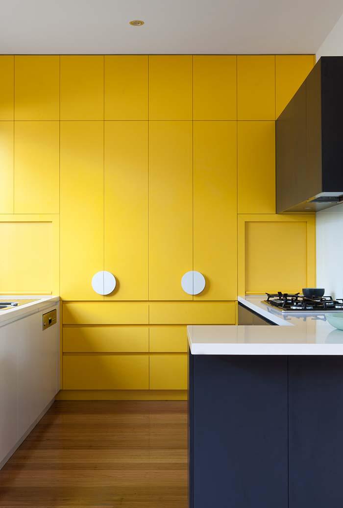 Armários planejados amarelos na cozinha
