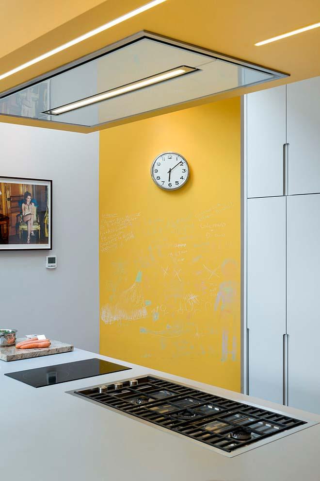 Cozinha amarela com parede lousa