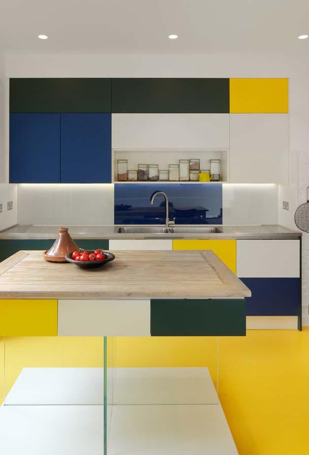 Amarelo, branco, azul e preto numa cozinha inspirada
