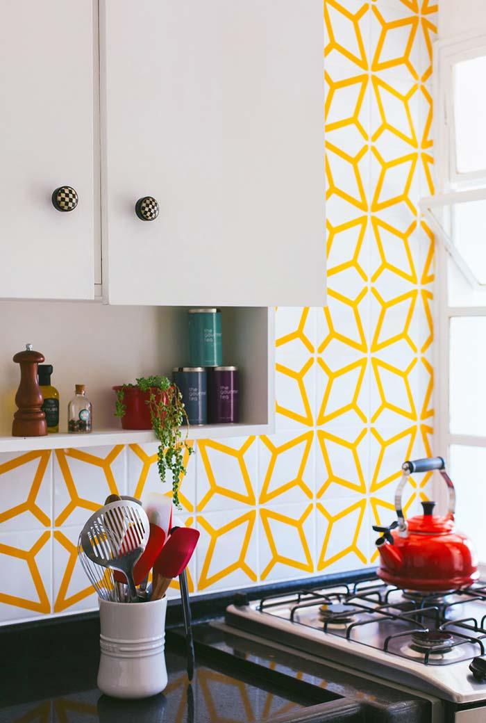 Ladrilhos com padrões amarelos e brancos
