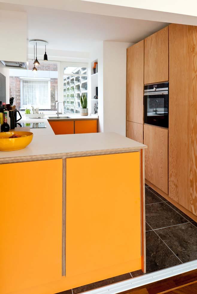 amarelo e um tom de madeira cura na cozinha