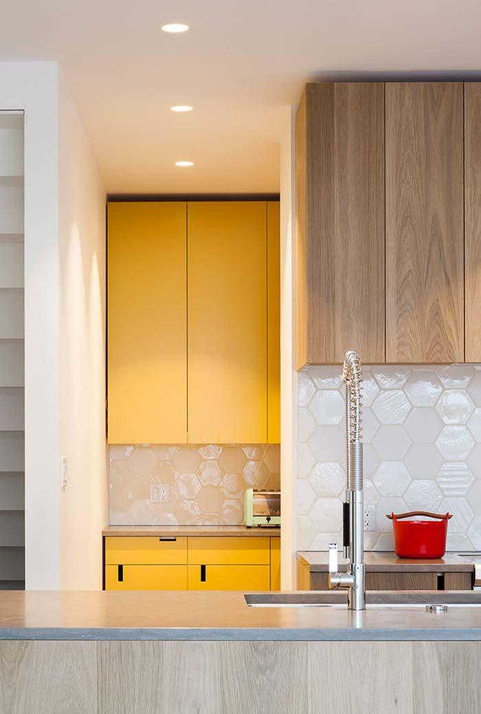 Armários de parede e de chão amarelos