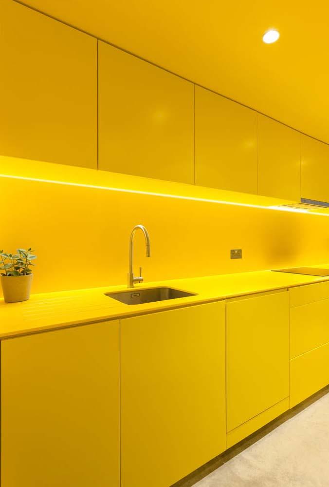 Tudo amarelo: cozinha monocromática até o teto