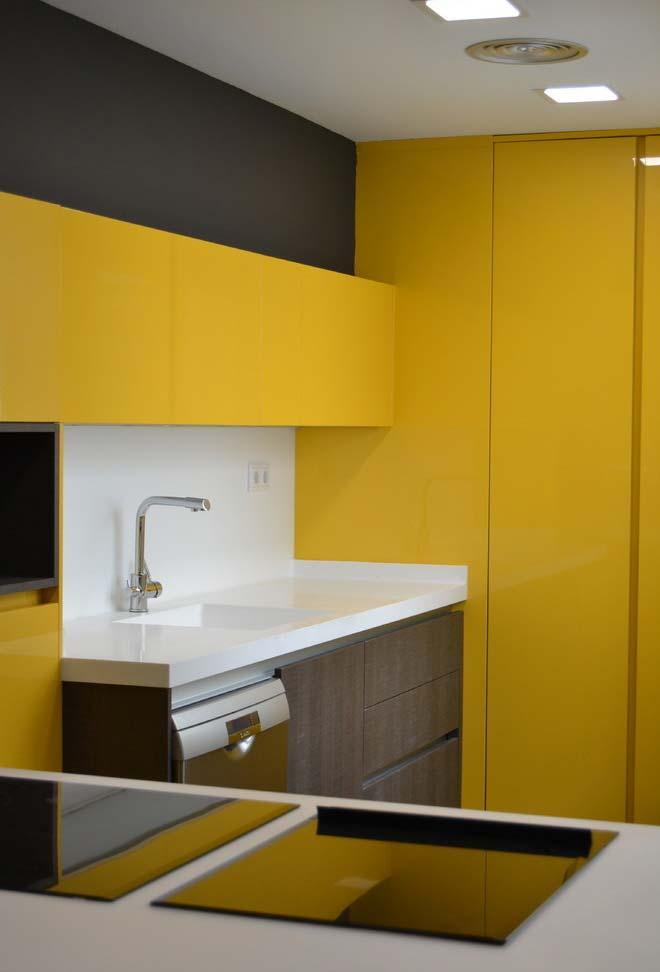 Cozinha planejada com armários amarelos